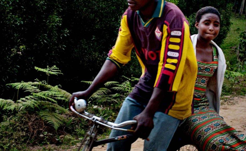 De grusomheder, som Rwandas kvinder har været igennem, påvirker generationer, fordi de ikke kan elske de børn, der er kommet ud af voldtægterne. Samtidig er det ikke noget, der tales om i småbyerne på landet, og ofte må kvinderne nøjes med at skubbe deres mørke minder væk. --