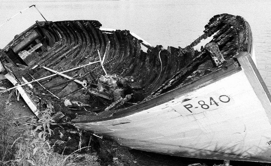 """Den forliste og udbrændte udflugtsbåd """"Turisten"""" ligger her trukket på land efter katastrofen. -"""