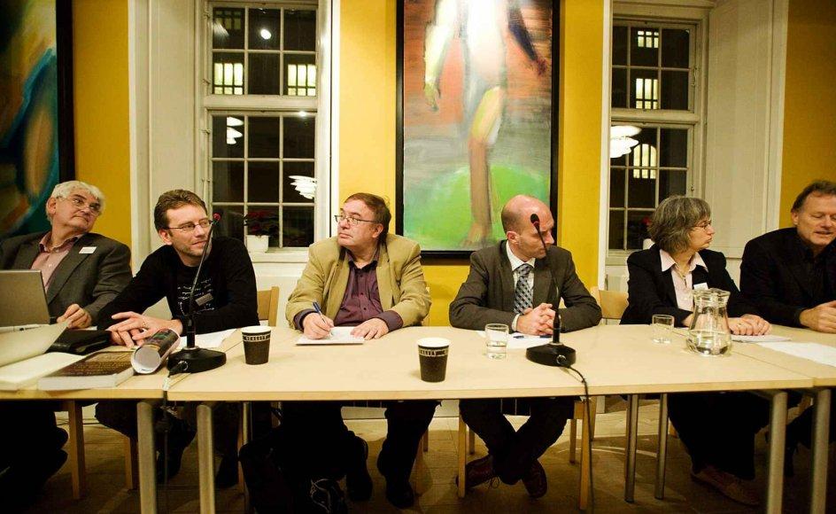 Fra venstre ses lektor Nicolai Winther-Nielsen, sognepræst Peter Søes, professor Peter Øhrstrøm, folketingspolitiker Per Ørum Jørgensen (K), innovationschef Margrethe Winther-Nielsen og lektor og afdelingsleder Jakob Wolf. --