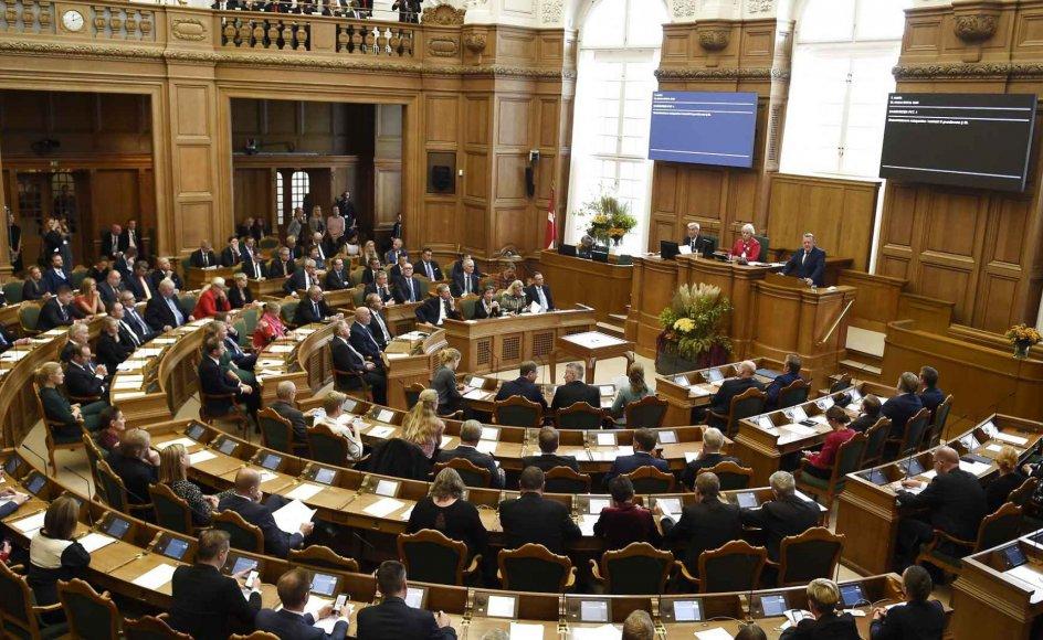 Aktivitet i folketingssalen på Christiansborg ved folketingets åbning 2018. Folketingspolitikerne fungerer som en slags repræsentanter for almindelige danskere.