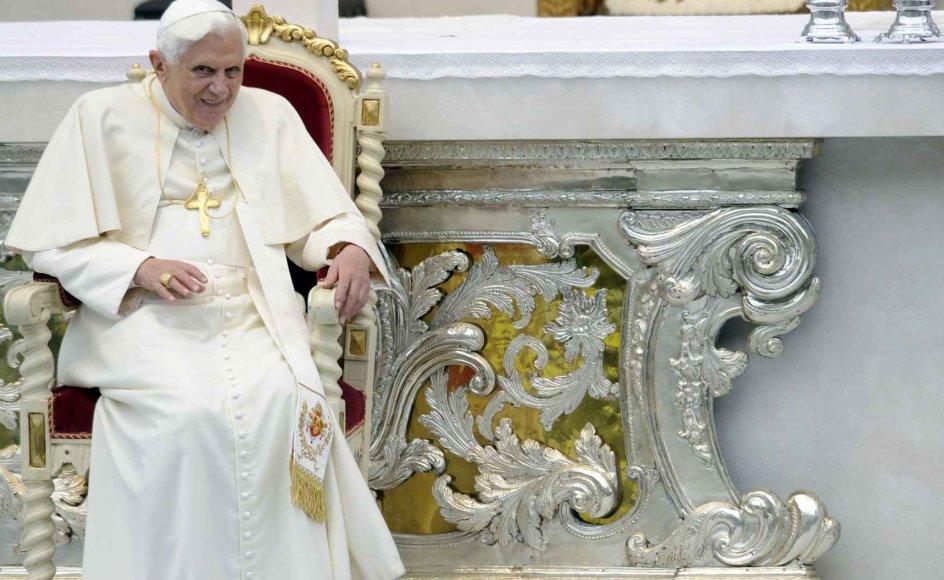 Pave Benedikt XVI er imødekommende over for konservative anglikanere, men afviser alle ønsker om at afskaffe cølibatet for katolske præster. --