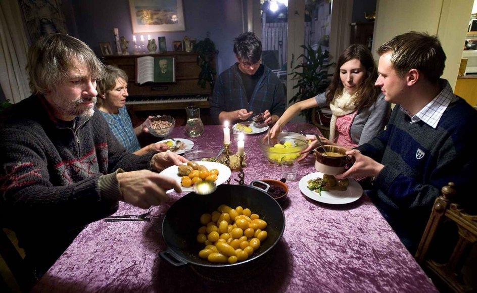 Hjemme hos familien Buch gør man en dyd ud af at mødes til aftensmaden, og på den måde ligner familien de fleste. For selvom traditioner er i opløsning, og familien har fået mindre betydning end tidligere, sætter danskerne stadig tid af til at spise sammen. --