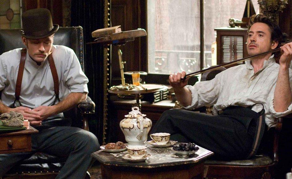 Man er i godt selskab med Jude Law som dr. Watson (tv.) og Robert Downey Jr. som Sherlock Holmes (th.). --
