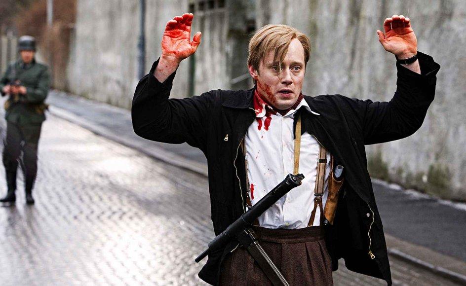 Aksel Henne spiller hovedrollen som Max Manus, som efter en begivenhedsrig ungdom melder sig som frivillig i den finske vinterkrig. Siden når han lige tilbage til Norge inden den tyske besættelse den 9. april 1940, og sammen med sine venner etablerer han en af de første modstandsgrupper. --