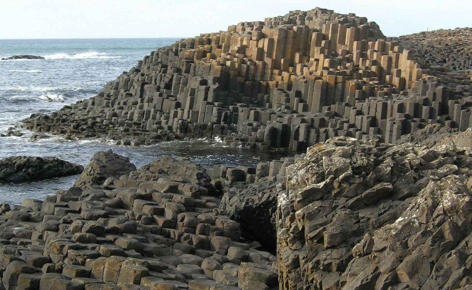 Tusindvis af sekskantede basaltsøjler udgør det særprægede naturfænomen Giants Causeway i Nordirland. --