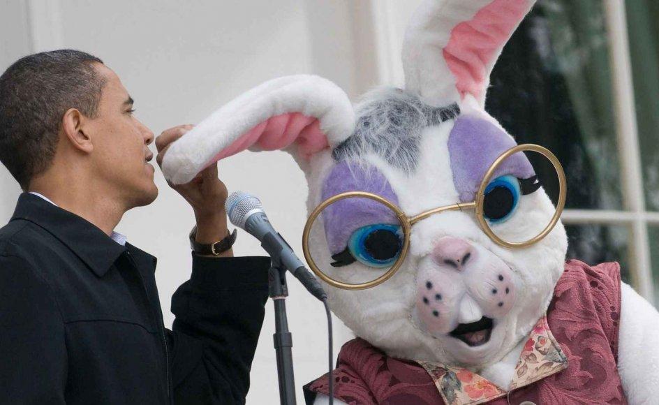 Påskeharen (til højre i billedet) er her fotograferet i påsken sammen med en af sine højt placerede rådgivere (præsident Barack Obama) i forbindelse med den årlige, traditionsrige Easter Egg Roll, altså påskeægs-trilning i USAs hovedstad, Washington DC.