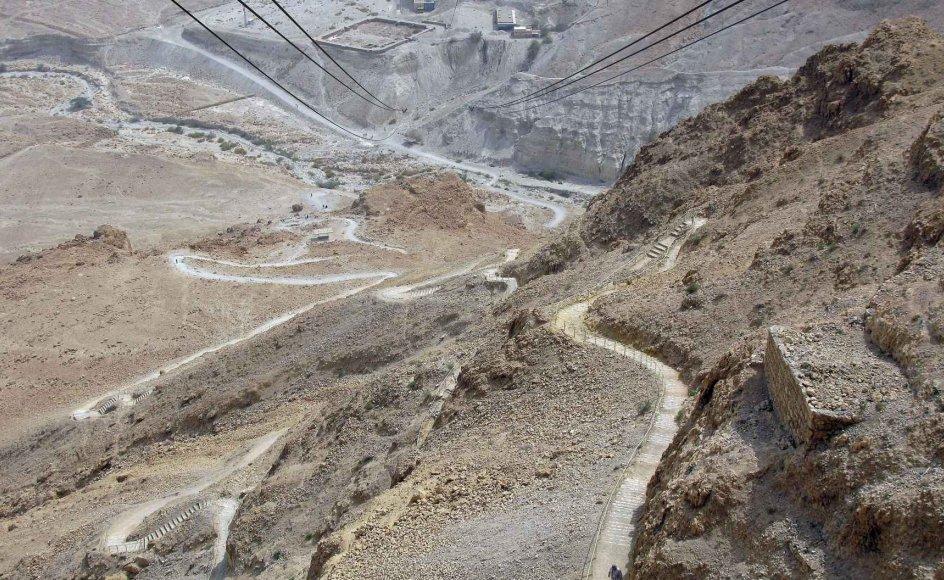 Slangestien bugter sig op ad bjerget, mens wirerne i toppen af billedet bærer den mere bekvemme svævebane. -
