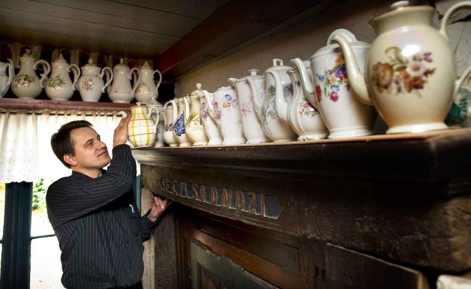 Kroejer Søren Fiil viser de mange kander i Riddersalen på Hvidsten Kro frem. --