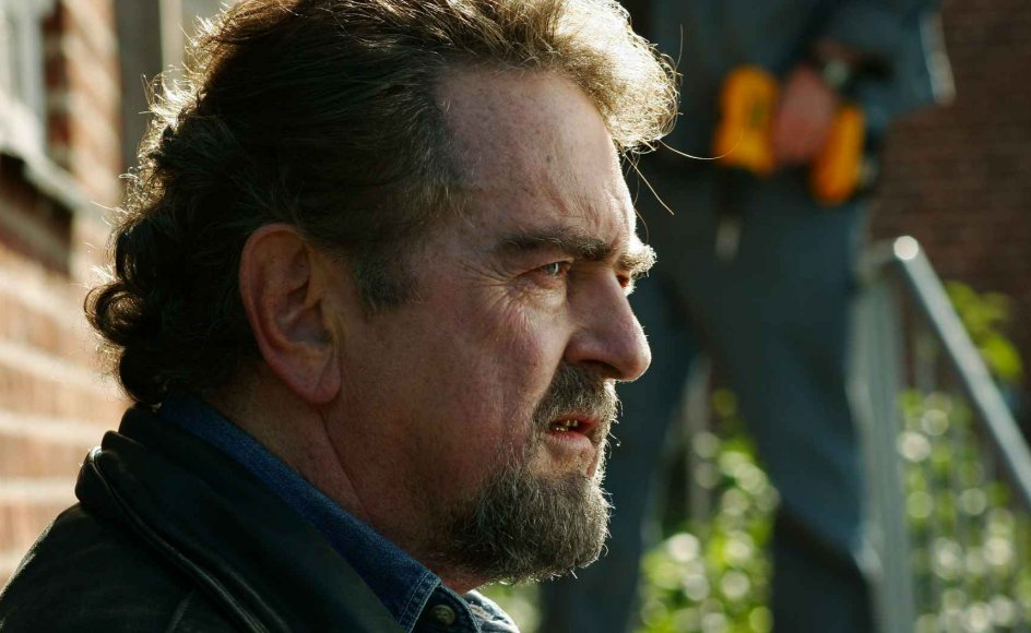 """""""Frihed på prøve"""" er en opfølger på """"Ledsaget udgang"""" fra 2008. Igen møder vi Clausen i rollen som den småkriminelle John. --"""