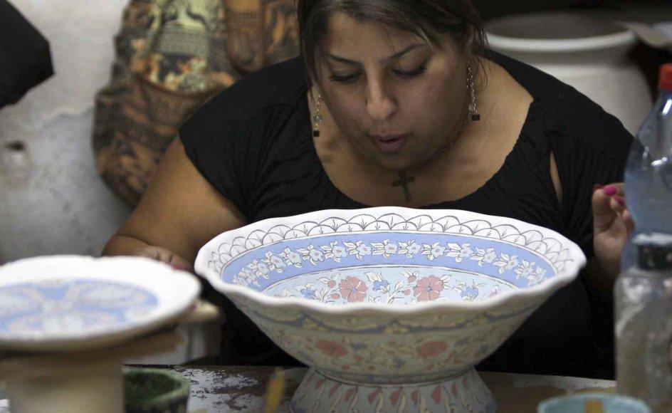En ansat på arbejde i et keramikværksted i den armenske del af Jeruslaem. Armenierne har haft en menighed i Jerusalem i over 1500 år. --