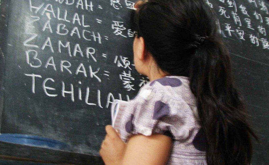 """Jasmin i færd med at oversætte for kinesiske kirkeledere. Hun har opgivet et vellønnet job og status for at tjene i ulovlige kinesiske undergrundskirker. den tjenerånd kalder Jesus i søndagens tekst for """"det største"""". - Kim Schou"""