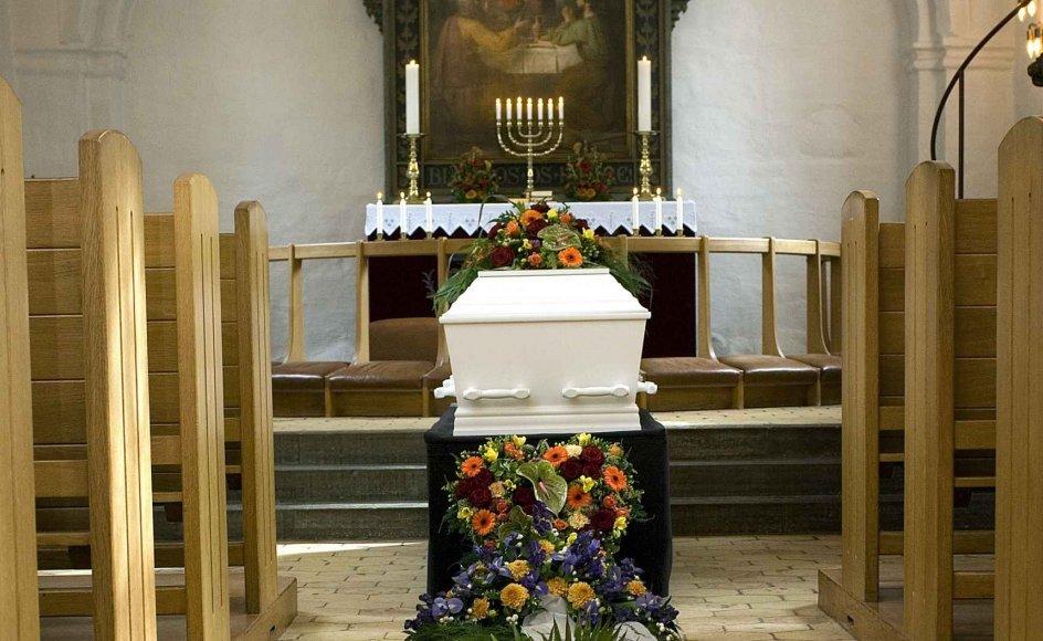 En præst fra Aalborg stift nægtede for 14 dage siden at stå for begravelsen af Kirsten Østergaards mor, som har levet sammen med en anden kvinde i 30 år, skriver DR.