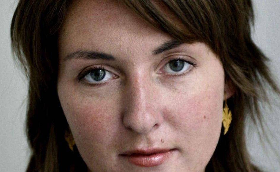 Christina Hagens nye bog er en brevroman, der tager livets 'pæne overflade' under kærlig behandling.