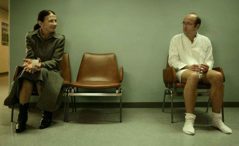 Filmen handler om fire personer, hvis veje krydses på de særeste måder. Her Ingeborg (Bodil Jørgensen), som indleder filmen med at gå på pension, og Anders, spillet af Henrik Prip. --