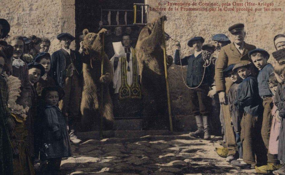 I Frankrigs tredje republik (1870-1914) skilte man ved lov kirke og stat. Den 9. december 1905 værnede protesterende borgere om deres præst med hjælp fra disse to bjørne.