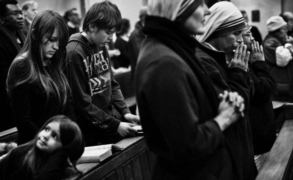 Kom med til katolsk højmesse i Sakrementskirken på Nørrebrogade i København. Overalt i verden foregår højmessen på samme måde. De samme tekster læses op, de samme ritualer udføres. Kun sange og prædiken er anderledes. Før Andet Vatikanerkoncil i 1962-65 var højmesserne endnu mindre forskellige fra land til land, fordi det meste foregik på latin. -