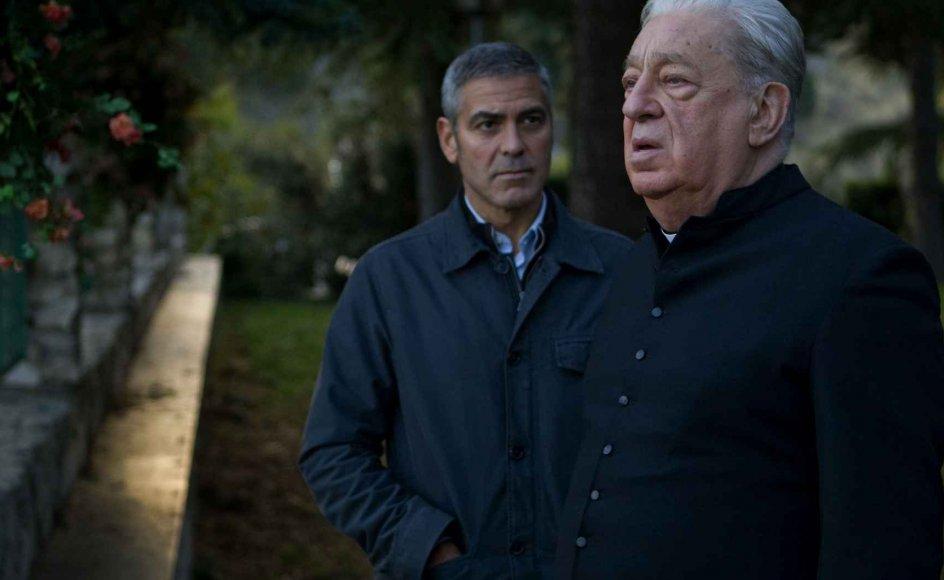 George Clooney er tilbage i en mere dyster og indesluttet udgave, end vi normalt ser ham, som lejemorder i eksistentiel krise. I den dominerende rolle som fader Benedetto ses Paolo Bonacelli. --