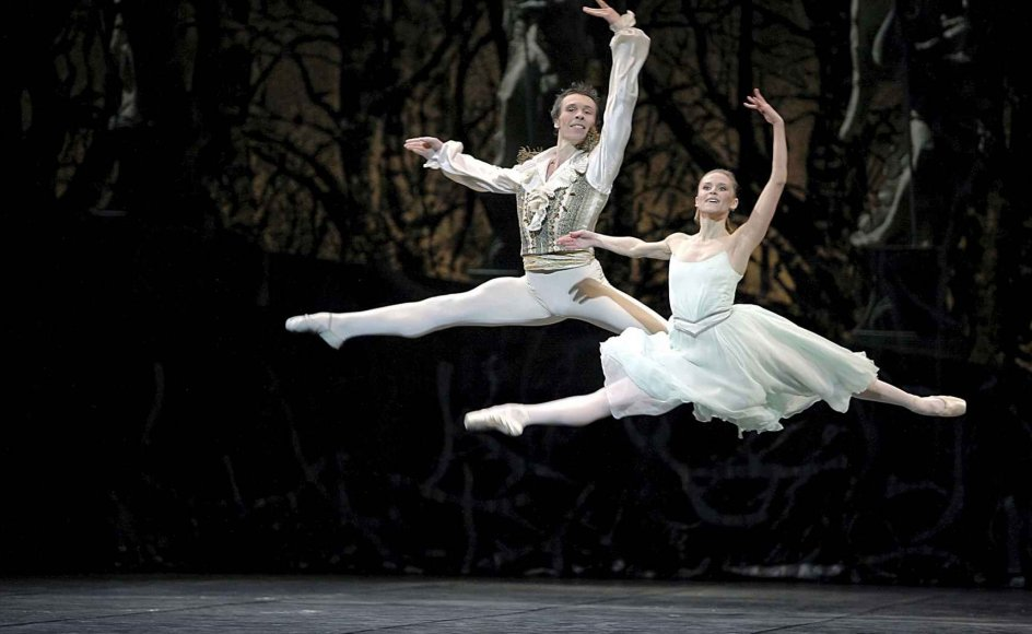"Her ses Nicolas Le Riche og Laetitia Pujol fra Pariseroperaens ballet i forestillingen ""Nøddeknækkeren"" i Rudolf Nurejevs koreografi. --"