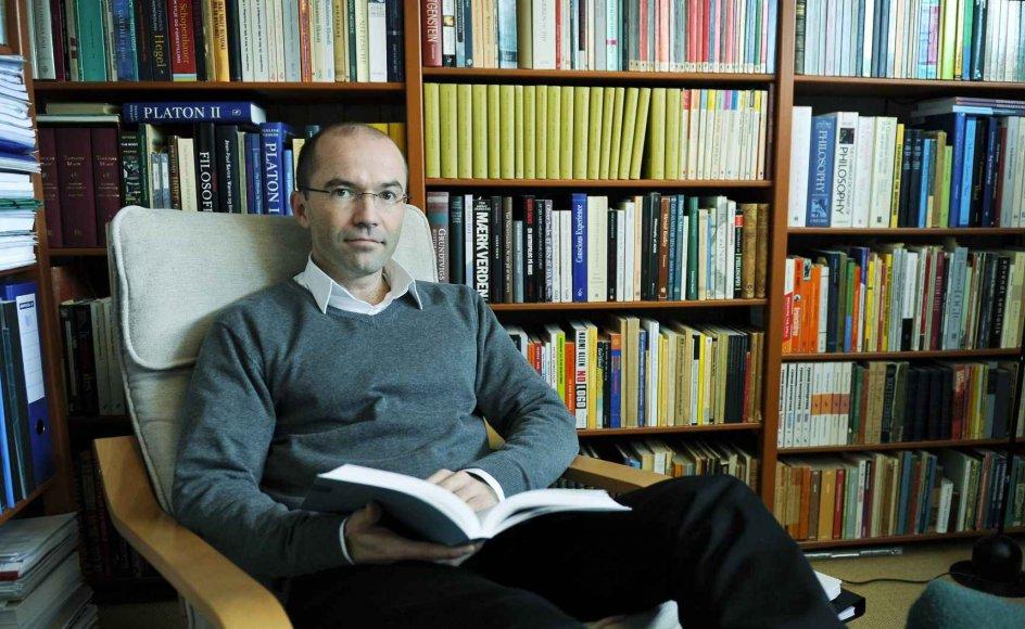 Interessen for filosofi og etik bruser i blodet på 36-årige Jacob Birkler, der i morgen tiltræder som ny formand for Det Etiske Råd. I hans kælderkontor i villaen i Esbjerg er væggene nærmest tapetseret med værker om etik og filosofi. --