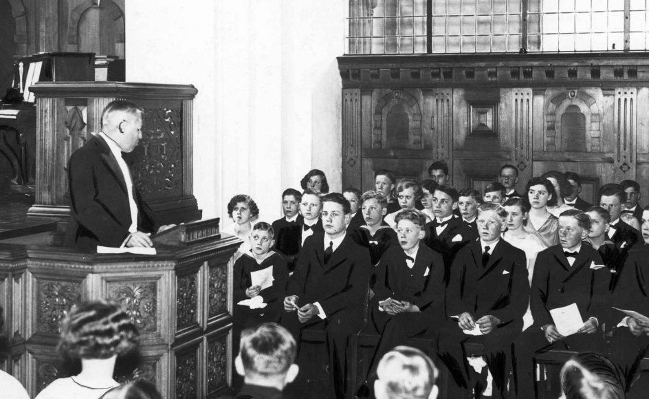 For snart 100 år siden indførte arbejderbevægelsen de ikke-kirkelige vielser, som i mangt og meget mindede om kirkens overgangstraditioner, der var blot ingen religiøs tale. Her ses et ældre foto af en sådan borgerlig konfirmation, unge i deres stiveste puds hørte en socialdemokrat tale i stedet for en præst. --