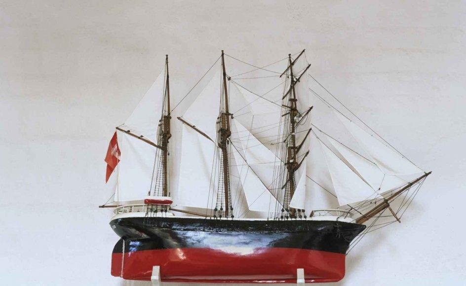 Kirkeskibet er fast inventar i de danske kirker. Her ses skibet Georgius, kirkeskib i Fanefjord Kirke på Møn.