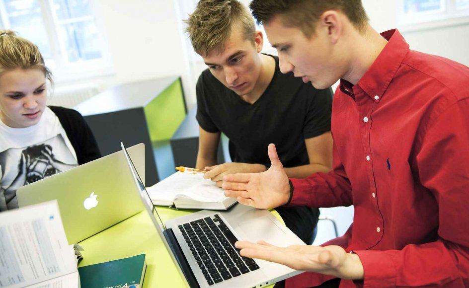 Når unge i dag diskuterer nyheder, sker det ofte på baggrund af informationer fra internettet. --