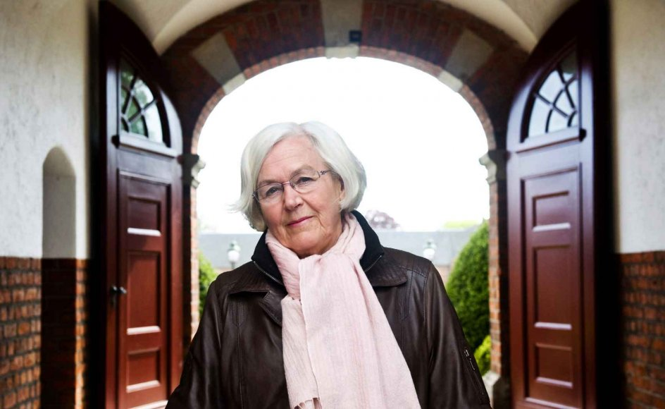"""Jeg føler, jeg har fået til opgave at stå på en bro og vinke folk over til kristendommen,"" siger Else Marie Kjerkegaard -- her fotograferet i porten til Vemmetofte Kloster, hvor hun bor. --"