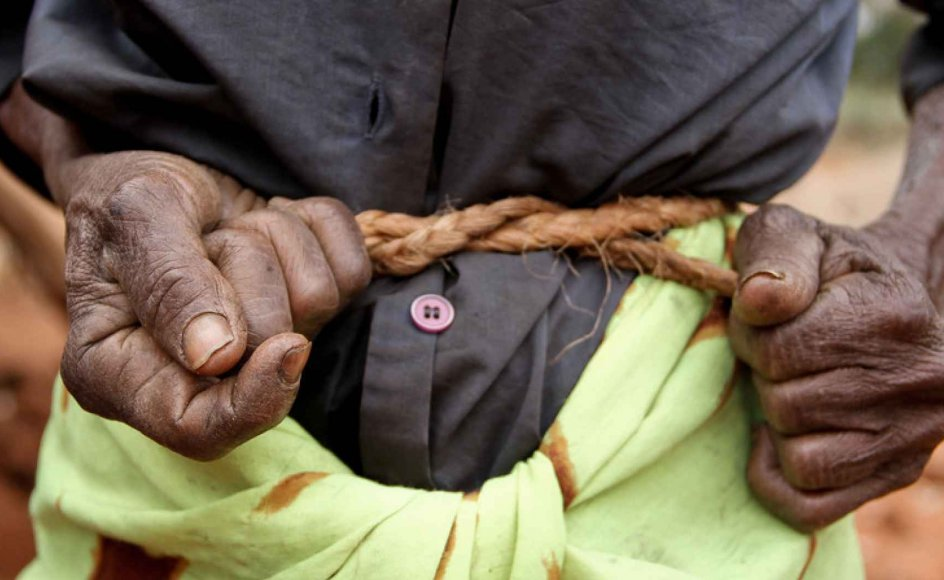 Den 86-årige enke, Zippora Mbungo, bor med 5 af sine i alt 16 børnebørn. Zippora  Mbungo binder et reb stramt om sin mave for at undgå at føle smerte fra sult, hvilket er blevet almindelig skik blandt kvinderne i Makima-regionen.