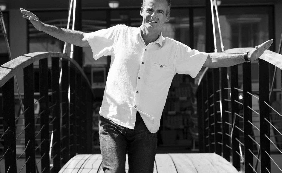 Mogens Yde Knudsen holder balancen på en skyggestreg på en af gangbroerne over Aarhus Å, som han har kontor ved siden af. Som en af landets 300 mediatoradvokater skal han også balancere, når begge parter i en sag – efter bedste ny-testamentlige forbillede skal forliges. Mediatoradvokaten er den neutrale konfliktløser. –