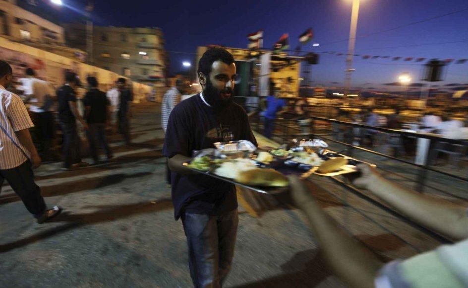 En muslimsk mand fra den libyske by Benghazi forbereder sig på at bryde den islamiske faste, ramadan (2. august 2011).