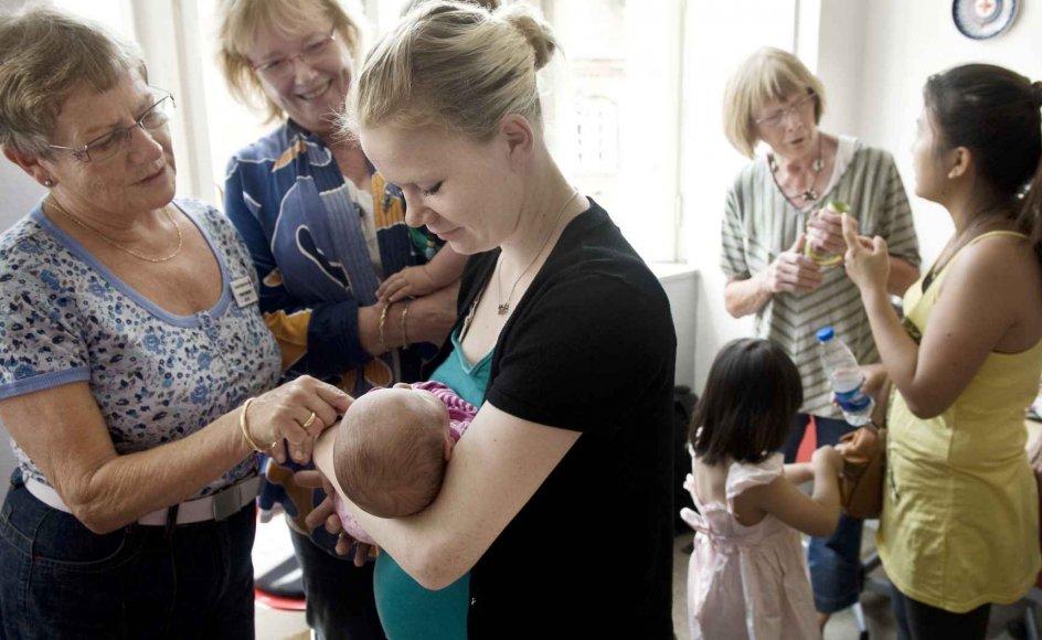 Hver torsdag er der mødregruppe hos Røde Kors i Slagelse. Gruppen er forbeholdt unge mødre, som får ros, støtte og opmuntring af frivillige kvinder, hvoraf flere i sin tid selv blev mødre i en tidlig alder.