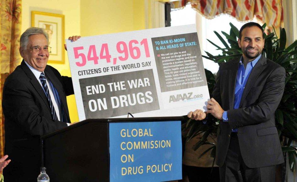 """Fernanco Henrique Cardoxo (tv.) er formand for """"Global Commission on Drug Policy"""" og tidligere præsident i Brasilien. Her præsenterer han resultatet af en underskriftsindsamling for en ny narkopolitik sammen med Ricken Patel fra interesseorganisationen Avaaz."""