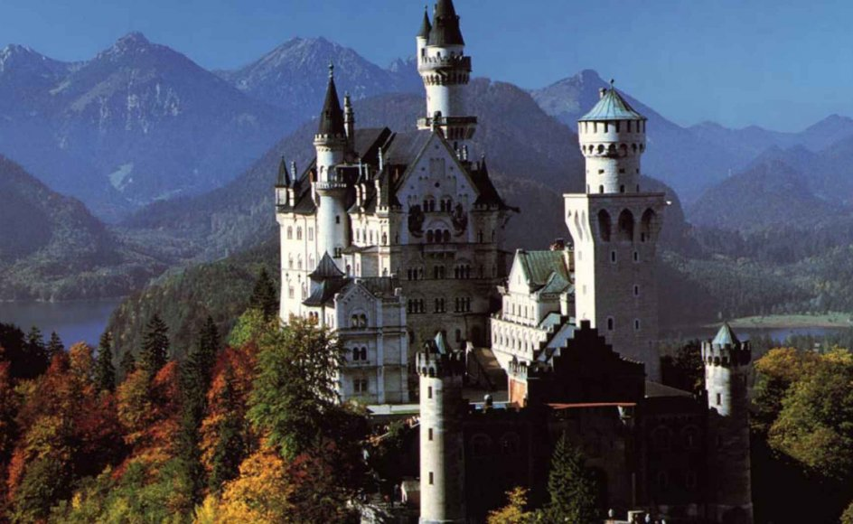 Neuschwanstein i Bayern er opført i stil med en gammel ridderborg. Det har er indrettet med 200 værelser, men kun de 15 er færdiggjorte, for kong Ludwig II havde ikke råd til at fuldføre projektet.