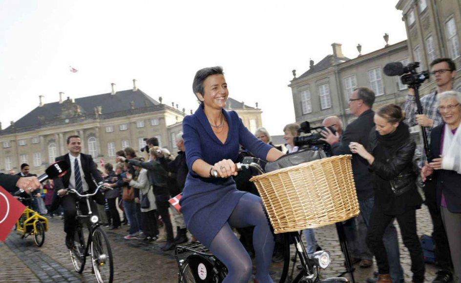 Det Radikale venstres nye ministre ankommer til Amalienborg på cykler mandag d.3.oktober 2011, hvor de skal til dronningerunde. I spidsen ses ny økonomi- og indenrigsminister, Margrethe Vestager, derefter Morten Østergaard, ny videnskabsminister og sidst