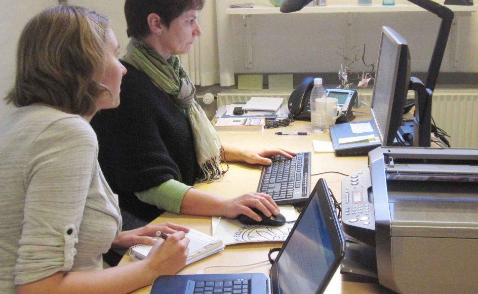 På billedet instruerer lektiolog Karen Kjær Odgaard (til venstre) en studerende i et program, der kan læse studietekster højt. –