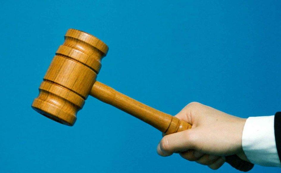 Dommer-hånd med hammer.