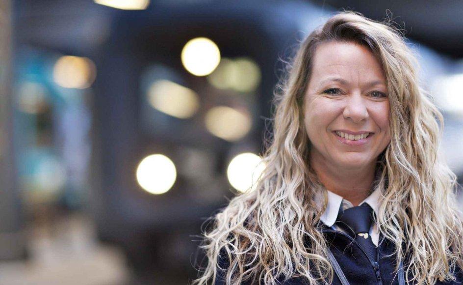 Togfører Gitte Sloth hygger lidt ekstra om de passagerer, der kører med toget om aftenen den 24. december. For som hun ser det, kan de netop have taget toget for selskabets skyld. –