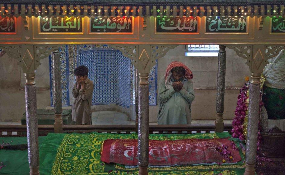 Tilhængere beder ved Sufi-helgenen Abdullah Shah Ashabis grav i Thatta-området i Pakistans Sindh-provins. –