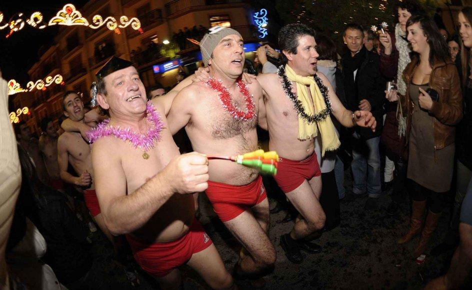 """I Brasilien, Ecuador, Bolivia og Venezuela, bærer man særligt undertøj på nytårsaften. I byer som Sao Paulo og La Paz begynder undertøjs-leverandører at fremvise farvestrålende underbukser et par dage før ferien. De mest populære farver er rød og gul: rød formodes at bringe kærlighed i det kommende år, og gul menes at bringe penge. Traditionen stammer angiveligt fra Spanien, hvor man også i dag følger traditionen visse steder. Billedet her er fra """"San Silvestre"""" nytårsløbet i Valencia i Spanien, hvor festglade mænd løber en tur i rødt undertøj."""