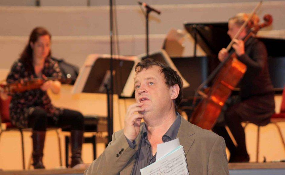 """Komponisten Bent Sørensen går altid til prøverne, hvis han selv skal overvære en koncert med et af sine værker. Her er han i engelske Huddersfield, hvor tre forskellige trioer får de sidste bemærkninger med, før de opfører tre værker, som til anledningen er vævet sammen til et """"Skyggespil"""". –"""