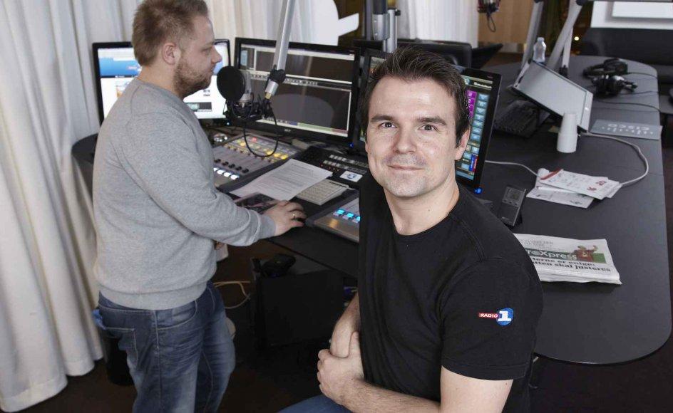 Vært Jacob Nøhr (bagerst) sender direkte fra Radio 1's studie i Silkeborg eftermiddagsshow, som ugentlig har 56.000 lyttere. Program- og musikchef Thomas Schlie (forrest) fortæller, at antallet af lyttere er steget det seneste halvandet år. Radioens eksistens beror udelukkende på reklameindtægter. –