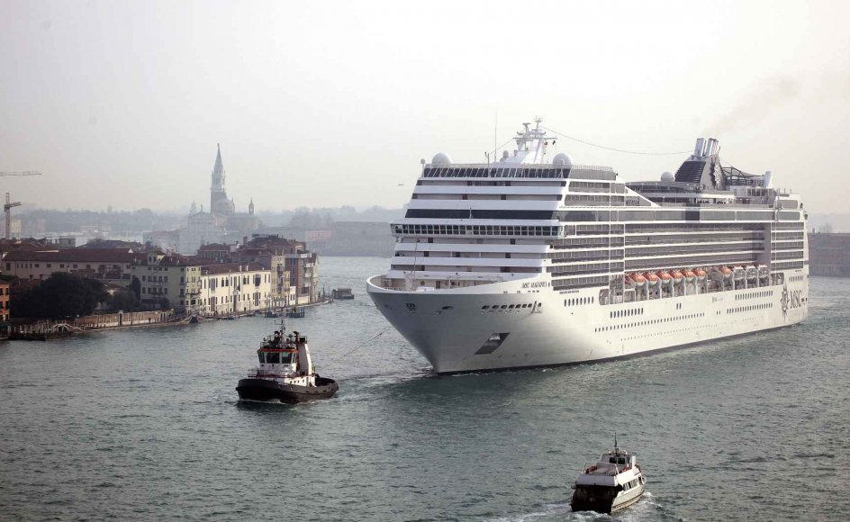 Krydstogtskibene er en kilde til forurening, og deres manøvrer skaber bølgebevægelser og vibrationer, der underminerer de i forvejen skrøbelige venetianske bygningskonstruktioner. –