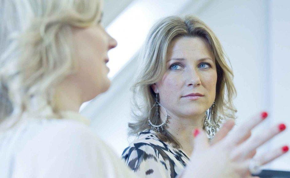 Den norske prinsesse Märtha Louise hævder i en ny bog, at hun flere gange har fundet fjer fra engle. På billedet ses hun sammen med sin medforfatter til bogen, Elisabeth Nordeng.