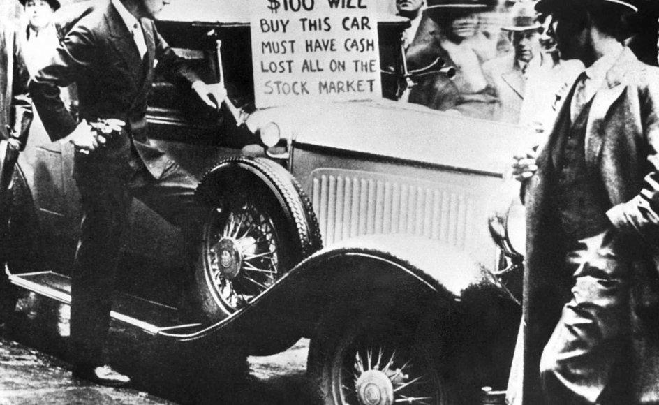 """1930'ernes økonomiske krise i USA var en af kapitalismens mange kriser en følge af børs-krakket på Wall Street i 1929. Men hver gang kapitalismen har været nede i en bølgedal, er den kommet stærkere ud af problemerne, mener eksperter. På billedet her fra 1929 må en bilejer dog skille sig af med sin bil. """"Bilen er til salg for 100 dollar. Må have kontanter. Har tabt alt på børsmarkedet"""", står der på skiltet."""