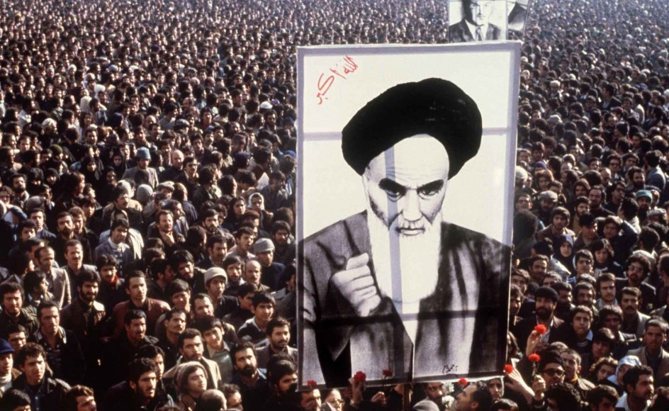 De seneste godt tredive år er nogle af sekulariseringsteorierne taget op til revision. En række store begivenheder og udviklinger i verden har været med til at flytte fokus over på religionernes fortsatte betydning. Heriblandt at Ayatollah Khomeinis præstestyre i 1979 kom til magten i Iran. Her ses en demonstration mod shahen i januar 1979 i Teheran.