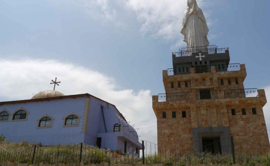 I Syrien er det tilladt at bygge kirker. Her er en kirke med stor statue af Jomfru Maria. Kirken ligger nær byen Homs.