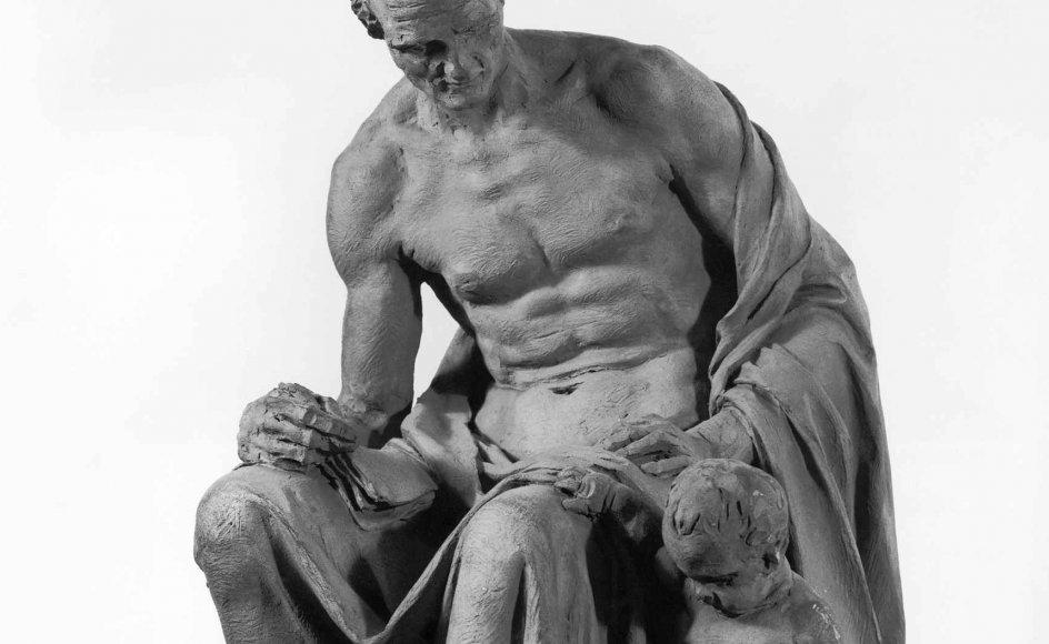 """Den franske billedhugger Jean Guillaume Moitte har skabt denne terracottaskulptur som forstudie til et monument over Rousseaus roman """"Émile"""". Bogen er blevet udlagt som en opfordring til total frisættelse af barnet, men som skulpturen viser, er den voksne opdragers styring og tilsyn vigtig."""