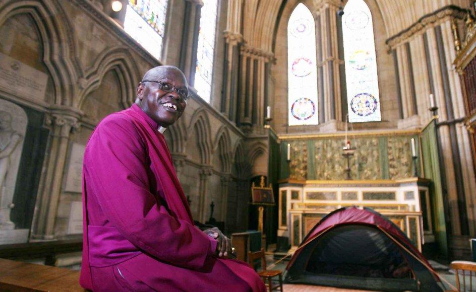 Ærkebiskoppen af York, John Sentamu, er favorit til at efterfølge Rowan Williams på posten som ærkebiskop af Canterbury. Men hans såkaldte afrikanske stil falder ikke i god jord hos alle i kirken. Her ses Sentamu demonstrere solidaritet med ofrene i den mellemøstlige konflikt tilbage i august 2006, ved at overnatte i telt i katedralen i York.