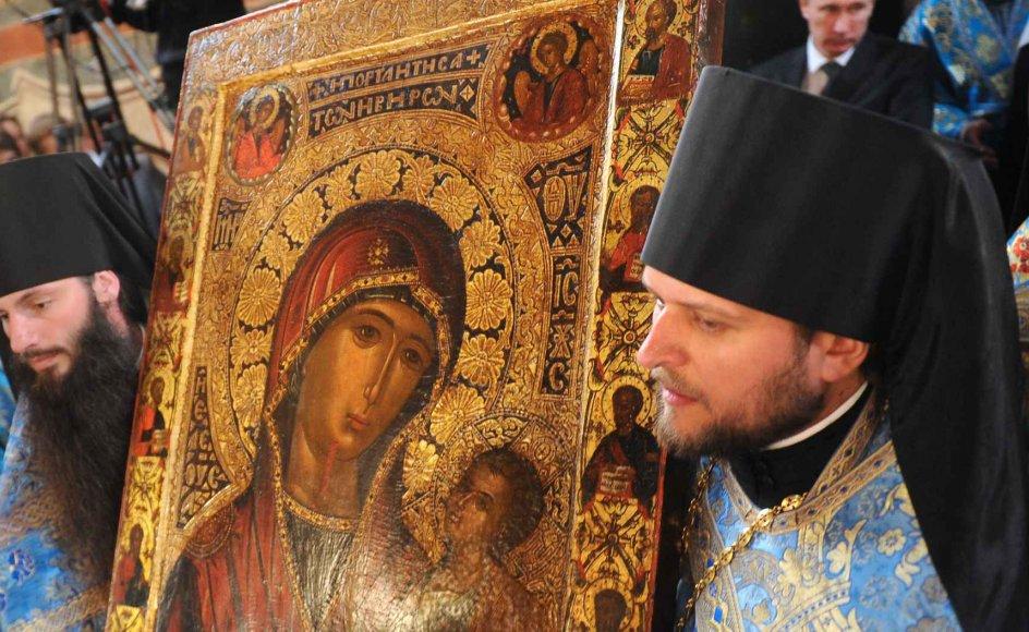Præster bærer Ruslands ældste kopi af Iver-ikonen af Jomfru Maria til Novodevichy-klosteret i Moskva. Overflytningen af ikonen til kirkens varetægt foregik ved en ceremoni den 6. maj 2012.