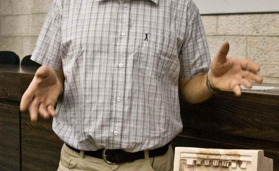Arkæolog Yosef Garfinkel forklarer hvad fundet af et lille religiøst skrin betyder for Israels antikke historie. Jerusalem, Israel. 8. maj 2012.